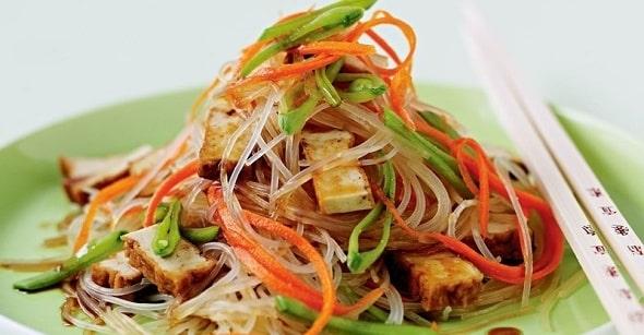 salat s funchozoj