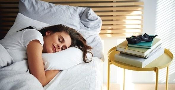 mozhno li spat bez podushki 1